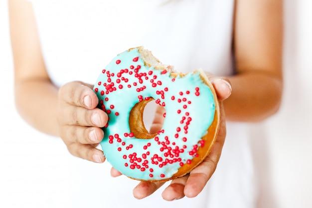 ドーナツ、味、甘さ、ファーストフード、別の食べ物、炭水化物、子供の頃を食べる少女