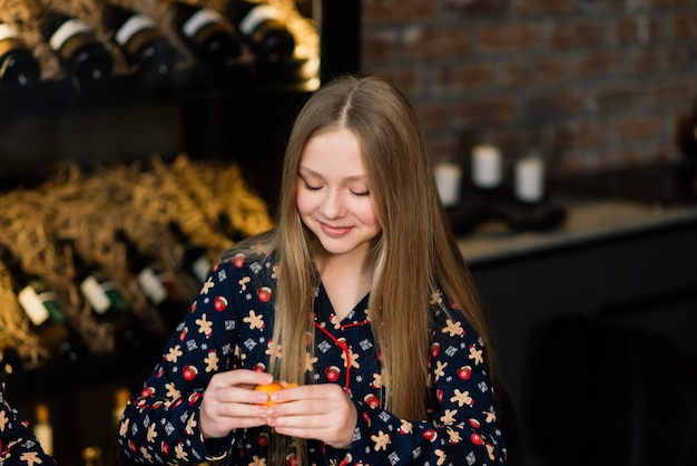 Девушка ест мандарины
