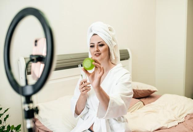 소녀 에코 블로거. 아침 절차. 흰옷, 수건, 천연비누, 한방화장품, 제로웨이스트. 건강한 라이프스타일 뷰티 블로그