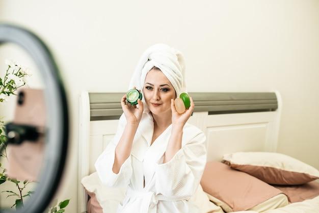 Девушка-эко-блогер. утренние процедуры. белый халат, полотенце, натуральное мыло, косметика на травах, без отходов. блог о здоровом образе жизни