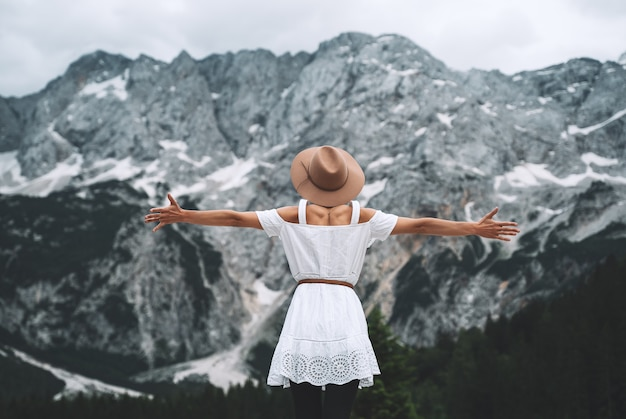 山の湖を見て自然の美しさを楽しんでいる女の子スロベニアヨーロッパの冒険旅行