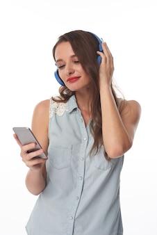 ヘッドフォンで音楽を楽しむ女の子