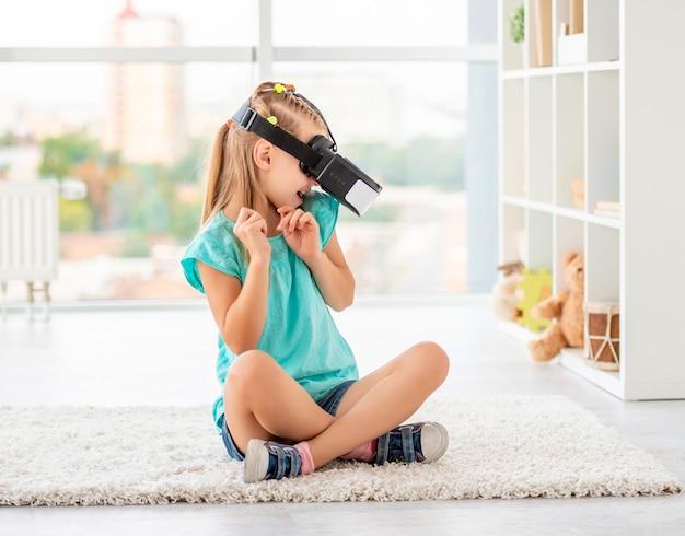 Девушка наслаждается виртуальной реальностью