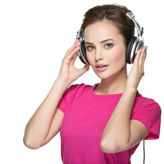 女の子は分離されたヘッドフォンで音楽を聴くことを楽しんでいます