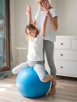 Девушка тренировки шарика