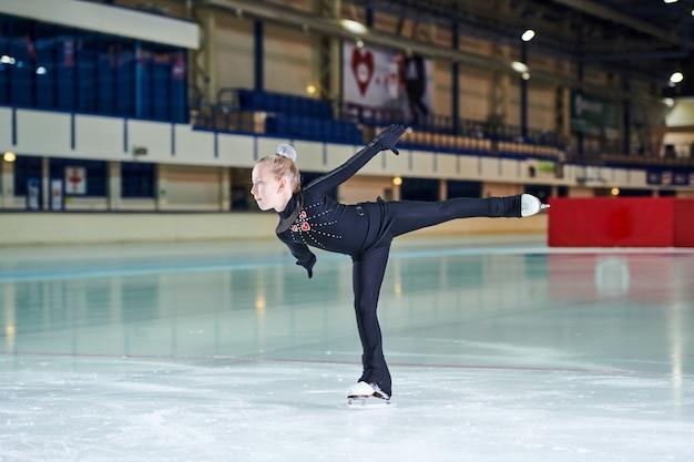 スケートリンクの女の子フィギュアスケート