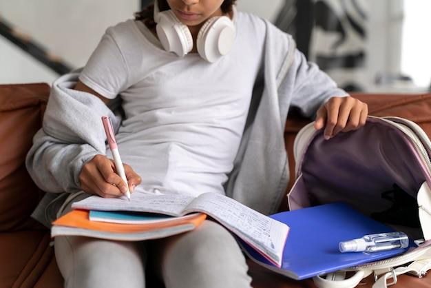 학교에 대 한 그녀의 숙제를 마무리하는 여자