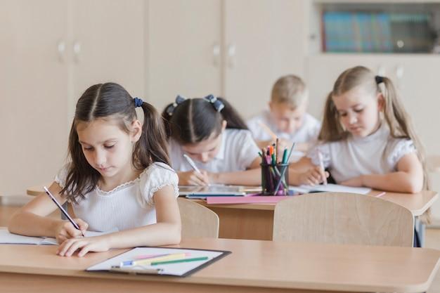 Девушка выполняет задание на уроке