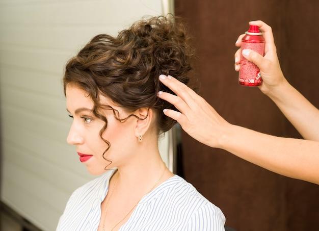 女の子は美容院で髪を整えます