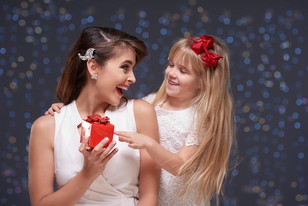 Девушка дает подарок своей маме