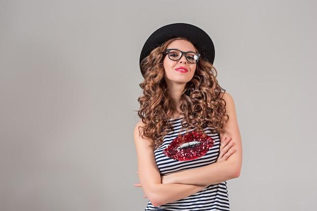 Ragazza in occhiali e cappello