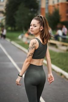 女の子はジョギングから家に帰ります。