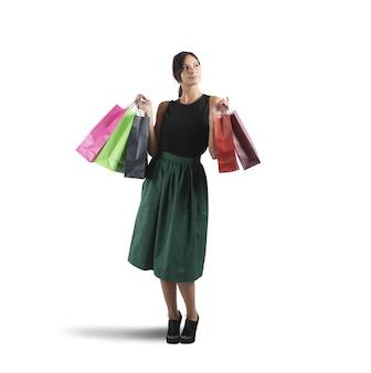 Девушка ходит по магазинам в своем любимом магазине