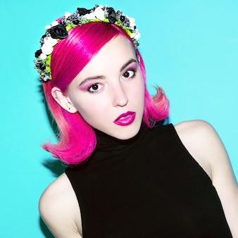 Девушка в готическом стиле с цветочным цветочным венком на голове модный цвет волос
