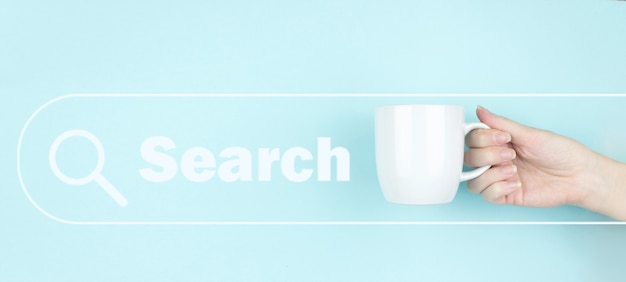 Девушка рукой держать утреннюю кофейную чашку с знаком поиска значок на синем фоне. технология поиска данных поисковая оптимизация.