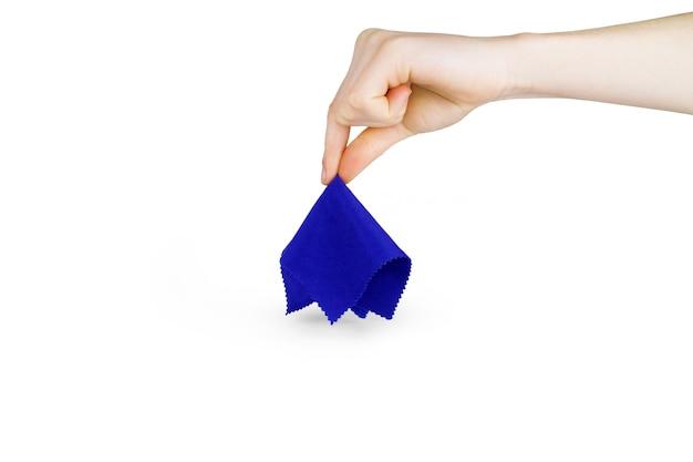女の子の手は白い背景の上の青い布を上げます