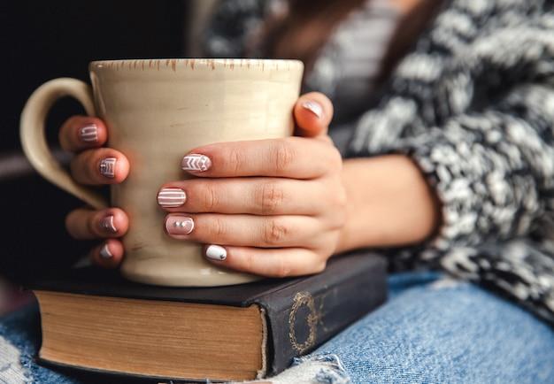 책을 읽거나 공부 한 후 신선한 커피 한잔과 함께 휴식을 취하는 소녀