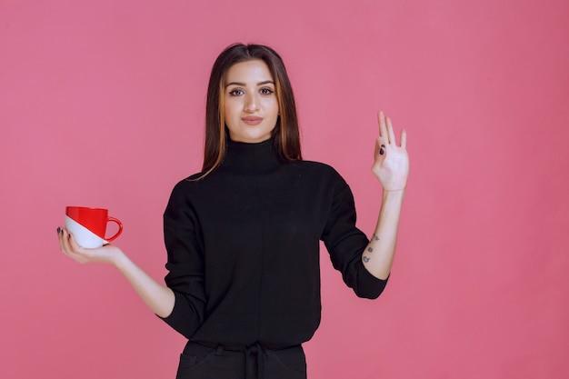 커피 한 잔 마시고 맛을 즐기는 소녀.