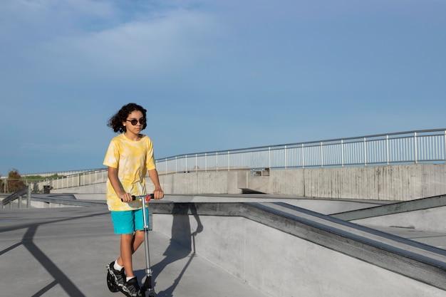 여름에 야외에서 즐거운 시간을 보내는 소녀