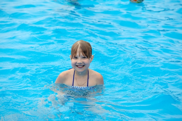 プールで泳いで楽しんでいる女の子