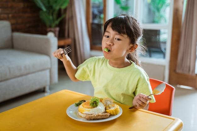 집에서 건강 한 아침 식사하는 여자