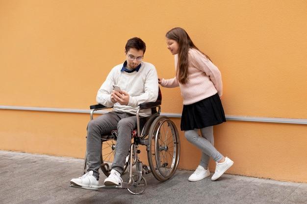 障害者の男性を助ける女の子