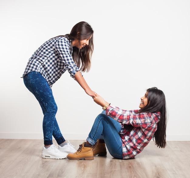 別の女の子にまで取得するのを助ける少女