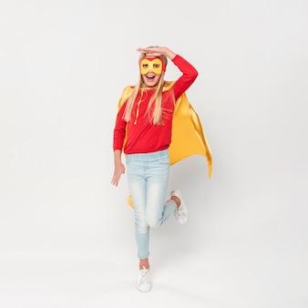 Ragazza in costume da eroe