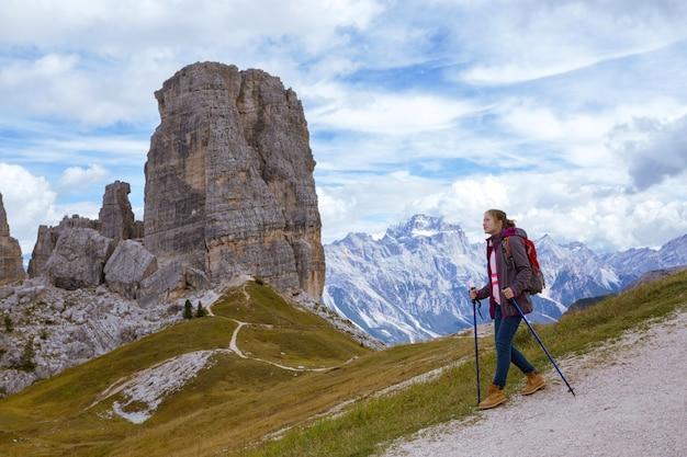 산 dolomites, 이탈리아에서 여자 등산객입니다. 친퀘 토리