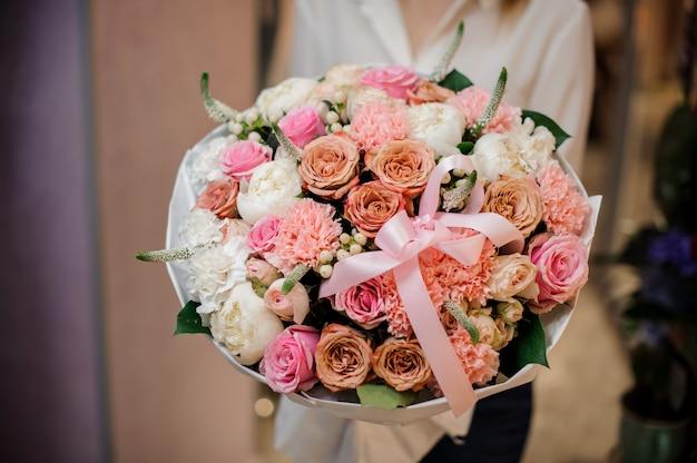 Девушка держит красивый букет из разных розовых цветов