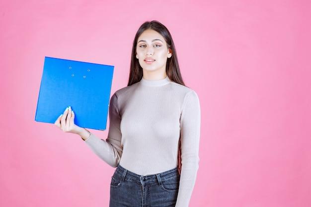 파란색 보고서 폴더를 들고 소녀 피곤해 보인다