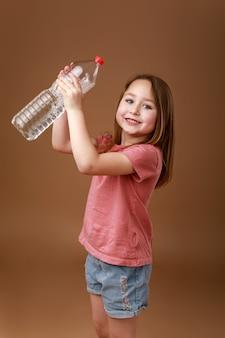 Девушка держит в руках бутылку воды