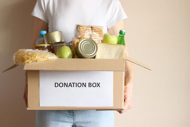 寄付のクローズアップと箱を保持している女の子