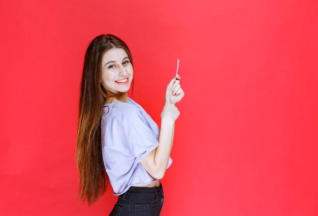 名刺を持って幸せそうに見える女の子。