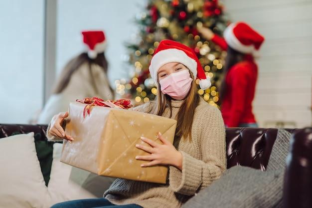 섣달 그믐에 크리스마스 선물을 들고 소녀.