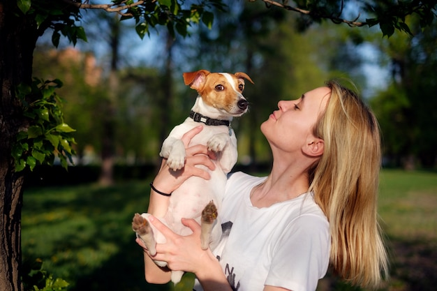 犬を手に持った少女、ジャックラッセルテリア