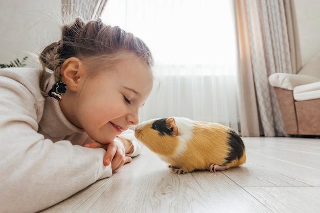 Девушка держит на руках морскую свинку