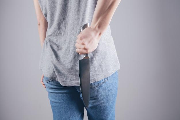 자신을 보호하기 위해 부엌 칼을 들고 소녀