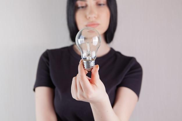 電球を持っている女の子