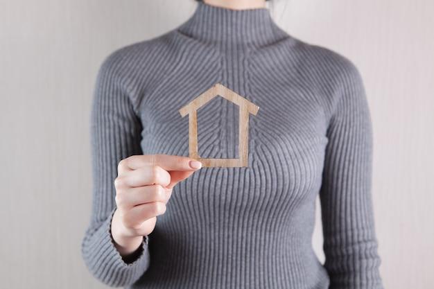 Девушка держит модель дома