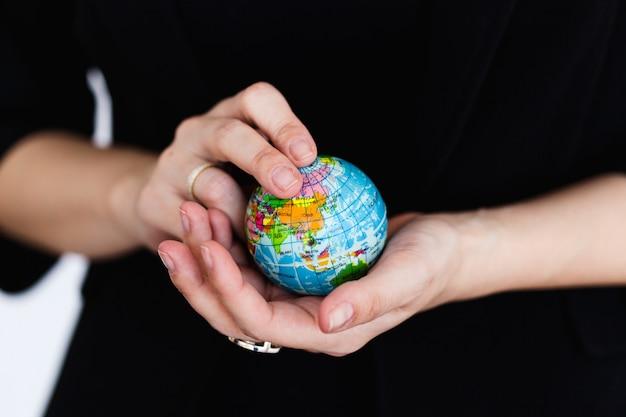 モデル地球、地球、地図、すべての国を保持している女の子、