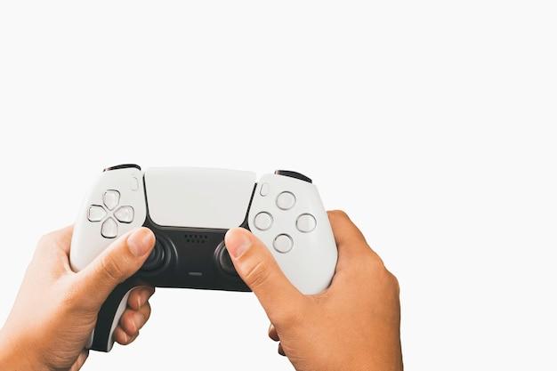 흰색 배경에 고립 된 차세대 흰색 게임 컨트롤러를 들고 소녀.
