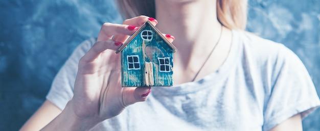 그녀의 손에 작은 집을 들고 소녀