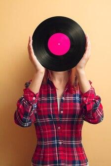 ビニールレコードを持っている女の子