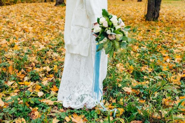 Девушка держит свадебный букет