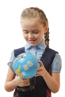 白い背景に地球儀を保持している女の子