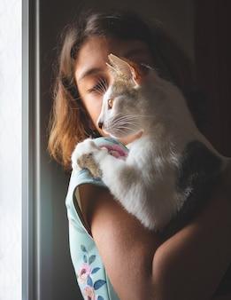 골목 고양이 들고 소녀 프리미엄 사진