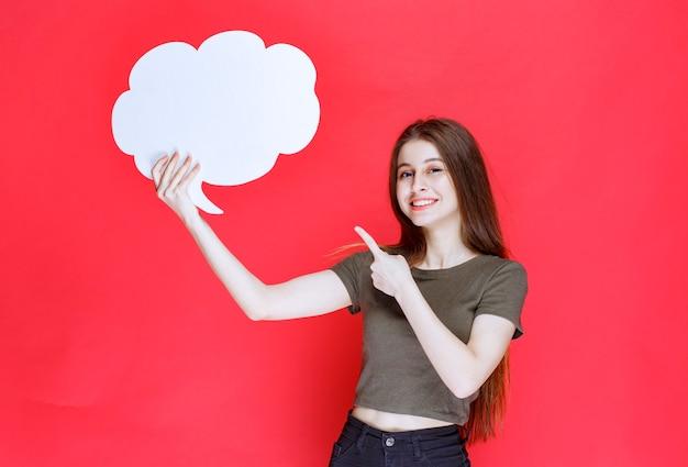 雲の形の情報ボードを保持し、提示する女の子。