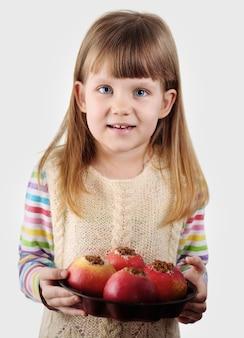 구운 된 사과 들고 소녀