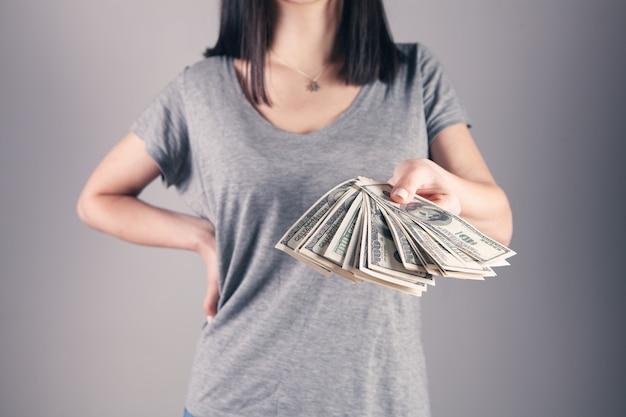 彼女の手に大金を持っている女の子